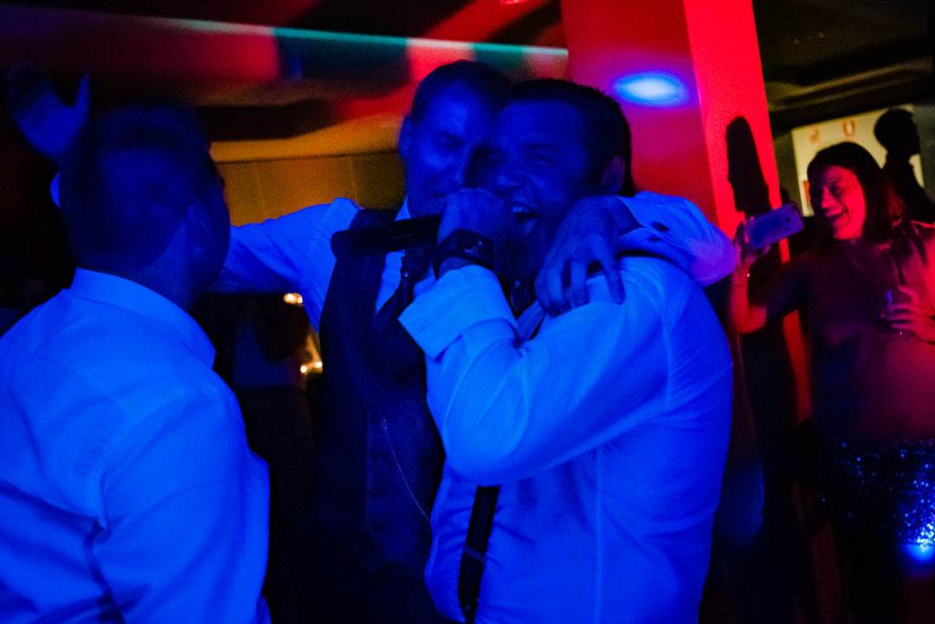cantando con los amigos boda-valle-de-benasque-hotel-sommos-roberto-montorio-photography